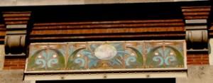 Globe terrestre, façade école communale, Paris Xe, en céramique, fin XIXe (cliché D. Colas)