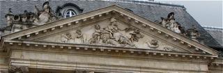 fig. 3 Bordeaux l'ancien bâtiment de la Ferme, le fronton, quai de la Bourse (Cliché D. Colas)