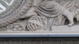 fig. 1 Pavillon Sully façade oust : sphère armillaire sous le pied de l'ange de droite