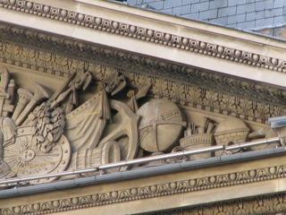 Fig. La terre dans le fronton de la façade nord du Pavillon Richelieu