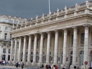 fig. 3 Bordeaux la façade du Grand-Théatre. Uranie est l'avant dernière à gauche (Cliché D. Colas)