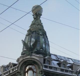 Sphère céleste sur le toit de la Dom Knigi, décembre 2010, (cliché Clémentine Fauconnier)