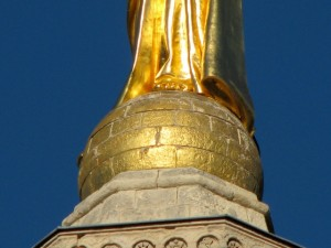 La sphère sous les pieds nus de la vierge au sommet de la tour de Notre-Dame des Doms, Avignon