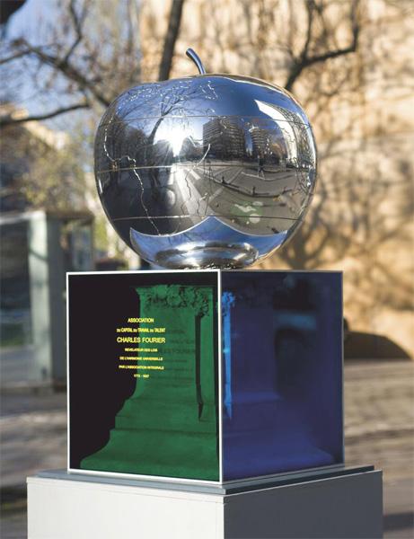 franck Scurti, Hommage à Charles Fourier dit la Quatrième page.  On remarque la  planisphère sur la pomme http://www.franckscurti.net/public_pomme_fr.phpn