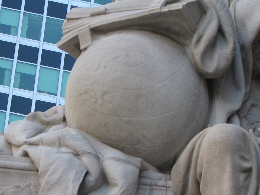 Le globe dans la statue de l'Europe, détail. On reconnait l'Europe occidentale. (photo D.Colas)