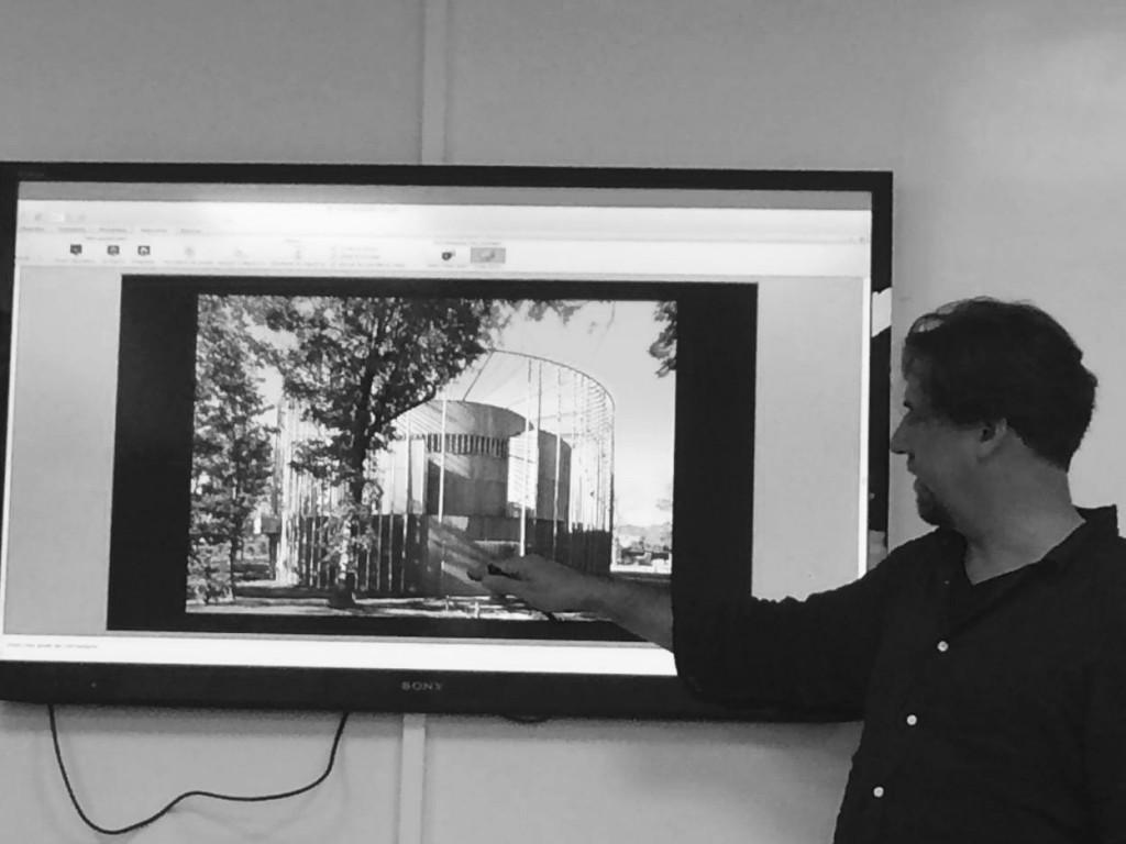 A. Todd nous présentant une autre architecture du théâtre élisabéthain, près de Boulogne-sur-Mer